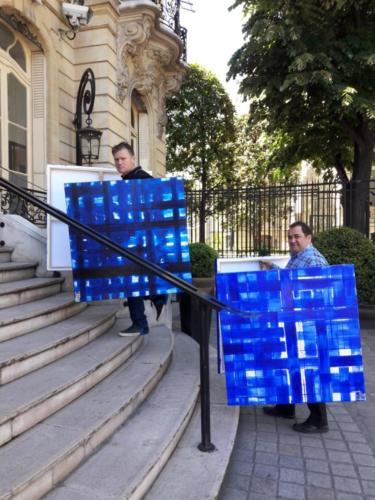 Installation de l'exposition Bleu chez Artcurial